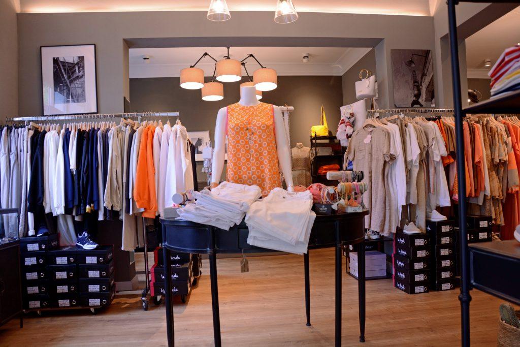 Blick auf einen Verkaufstisch mit Kleiderpuppe bei Akzente.