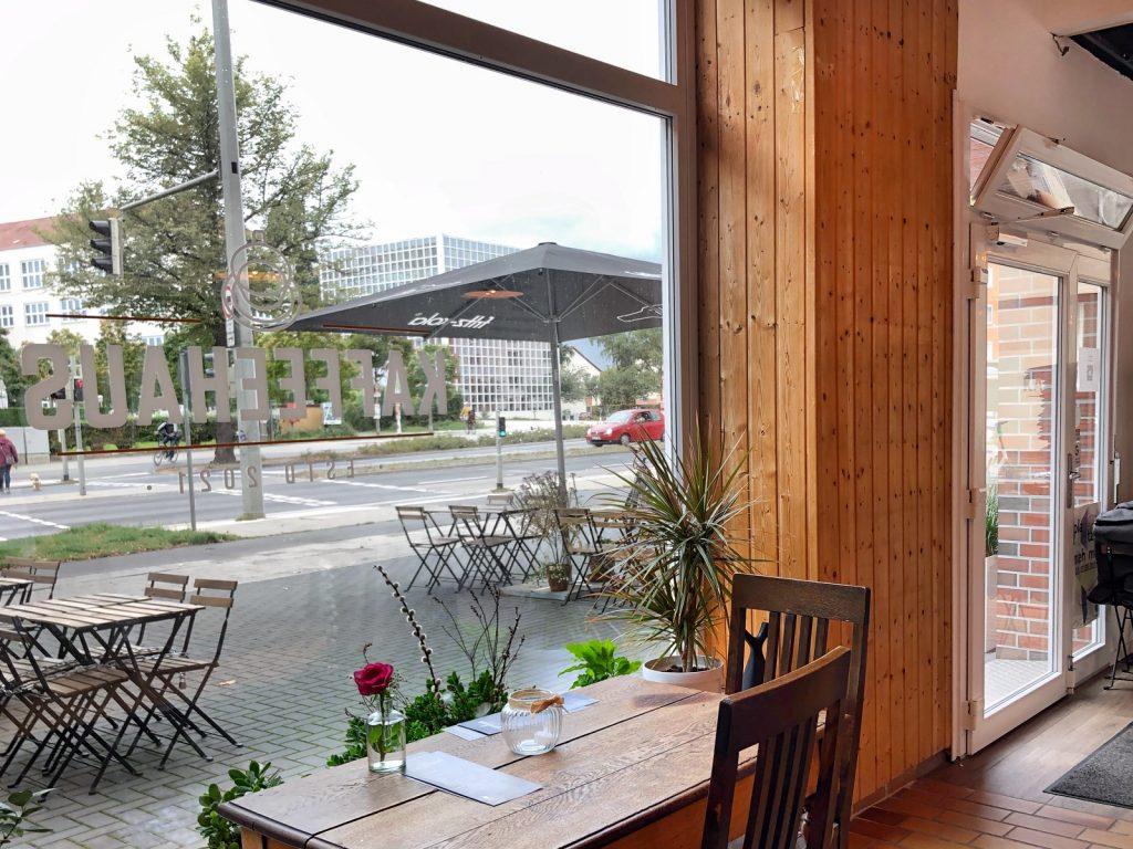 Ein Tisch vor einem großen Schaufenster.