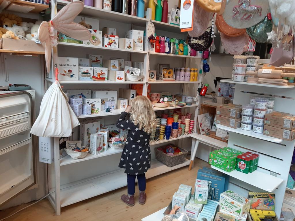 Einkaufen mit Kindern im Geschäft Glückskinder