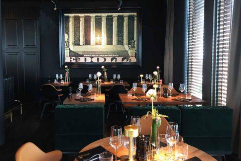 Dunkle Wandfarben, samtgrüne Sitzsofas, dunkler Eichenboden: Das Restaurant Überland überzeugt mit Eleganz. Foto: BSM