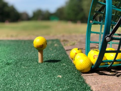 Golfbälle auf dem Abschlag.