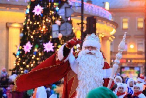 Weihnachtsmann vor Weihnachtsbaum in Kasan