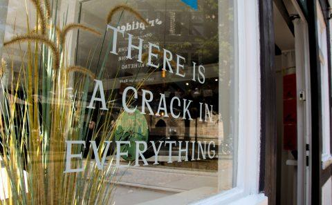 """Ein Schaufenster mit der Aufschrift """"There is a crack in everything"""""""