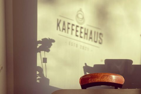 Als Schatten steht an der Wand Kaffeehaus.